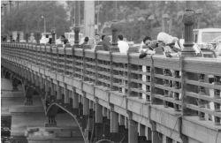Jeunes sur un pont du Caire
